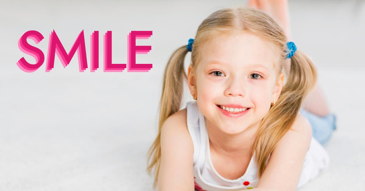 Usmívající se holčička s nápisem SMILE
